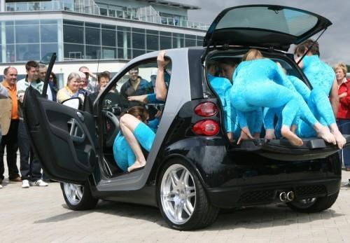 à Weybridge où se tenait le 10ième anniversaire de la Smart, un groupe de treize gymnastes contorsionnistes ont réussi à trouver leur place dans la voiture