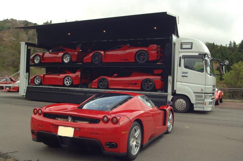 Un Camion de transport de véhicules Ferrari