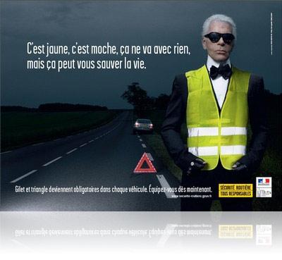 Karl Lagerfed pose pour une publicité