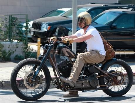 Brad Pitt à moto, ah,ah,ahaahaa, trop drole...