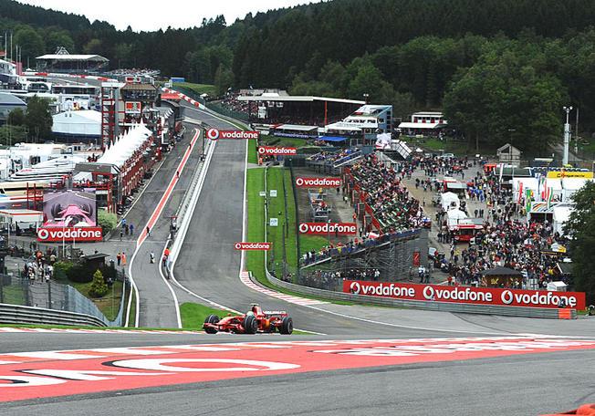 F1 2010 / F1 2011 - Page 3 Gp-belgique-2008-massa-a-l-assaut-du-raidillon-de-l-eau-rouge