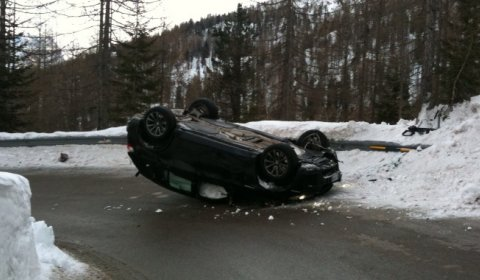 car_crash_bmw_x5m_flips_upside_down_01