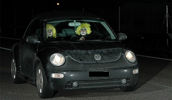Clowns flashés en Suisse dans une New Beetle