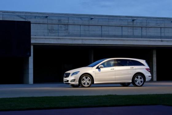 2011 Mercedes R Class 2 560x373 Mercedes Classe R 2010 : Dévoilée officiellement + [MàJ]