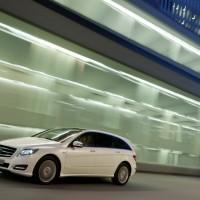 2011 Mercedes R Class 6 200x200 Mercedes Classe R 2010 : Dévoilée officiellement + [MàJ]
