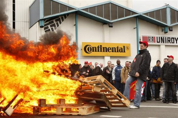 employees-at-continental-factory-stand-around-a-bonfire-as-tyres-burn-in-the-courtyard-in-clairoix_47
