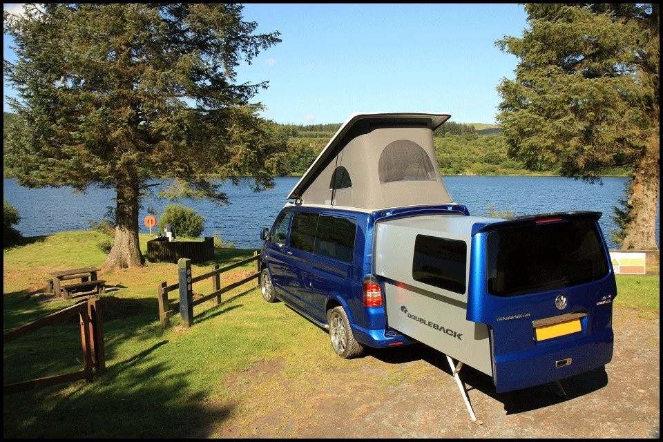 volkswagen t5 doubleback le couteau suisse des camping cars compacts vid o blog automobile. Black Bedroom Furniture Sets. Home Design Ideas