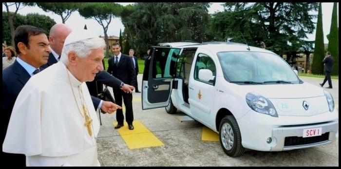 Une-Renault-Kangoo-ZE-offerte-au-pape-a-Castel-Gandolfo