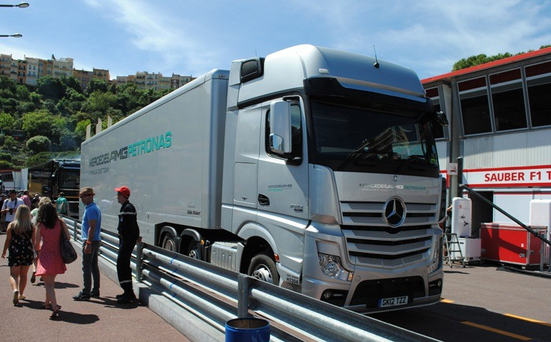 camion mercedes amg petronas f1 blog automobile. Black Bedroom Furniture Sets. Home Design Ideas
