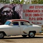 vieille-berline-americaine-passe-devant-un-panneau -de propagande-à-cuba