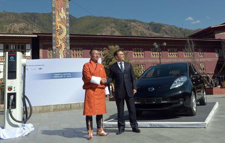 622344-le-pdg-de-nissan-carlos-ghosn-et-le-premier-ministre-du-bhoutan-tshering-tobgay-devant-la-voiture-el