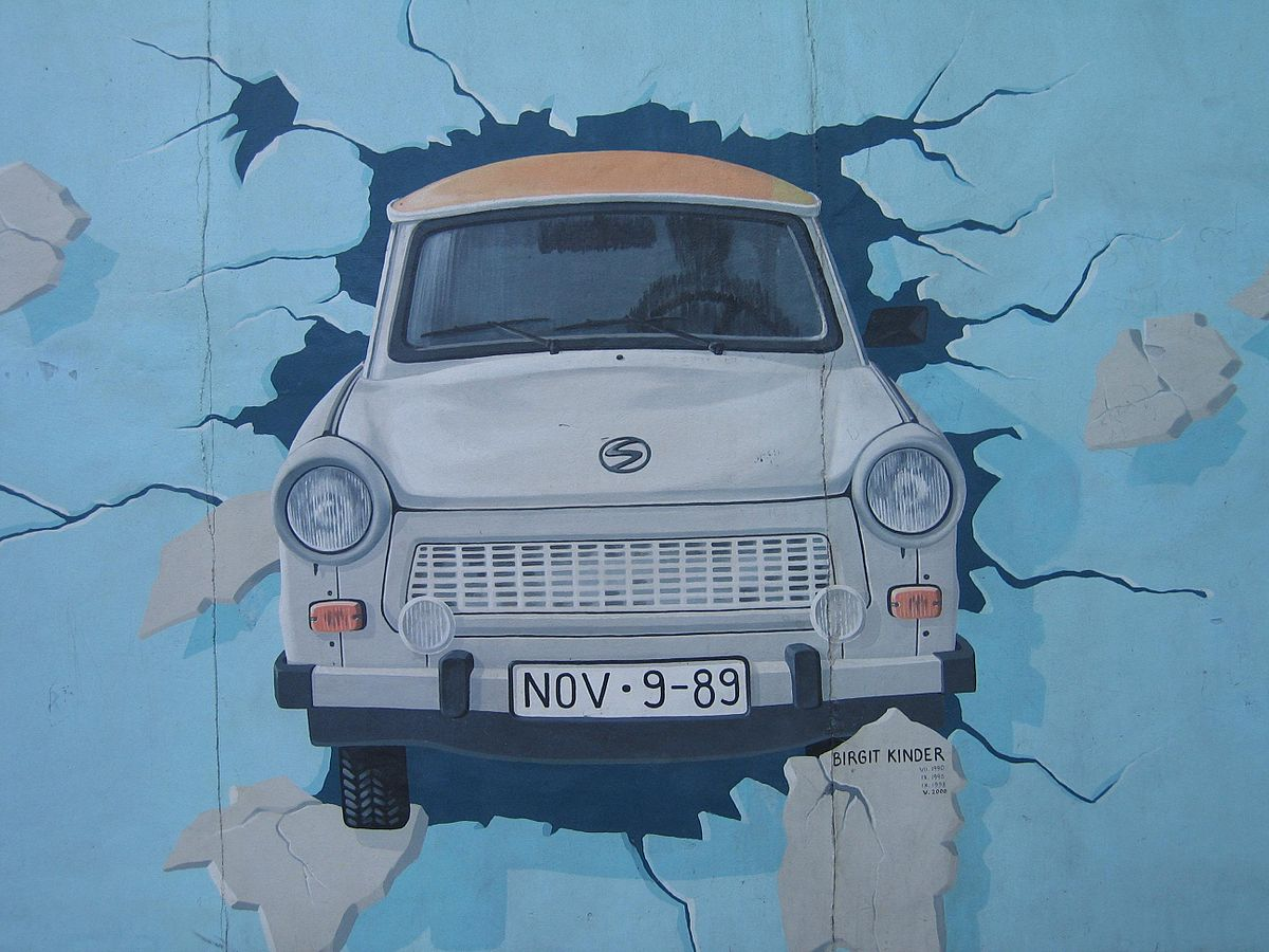 1200px-Trabi_on_the_wall
