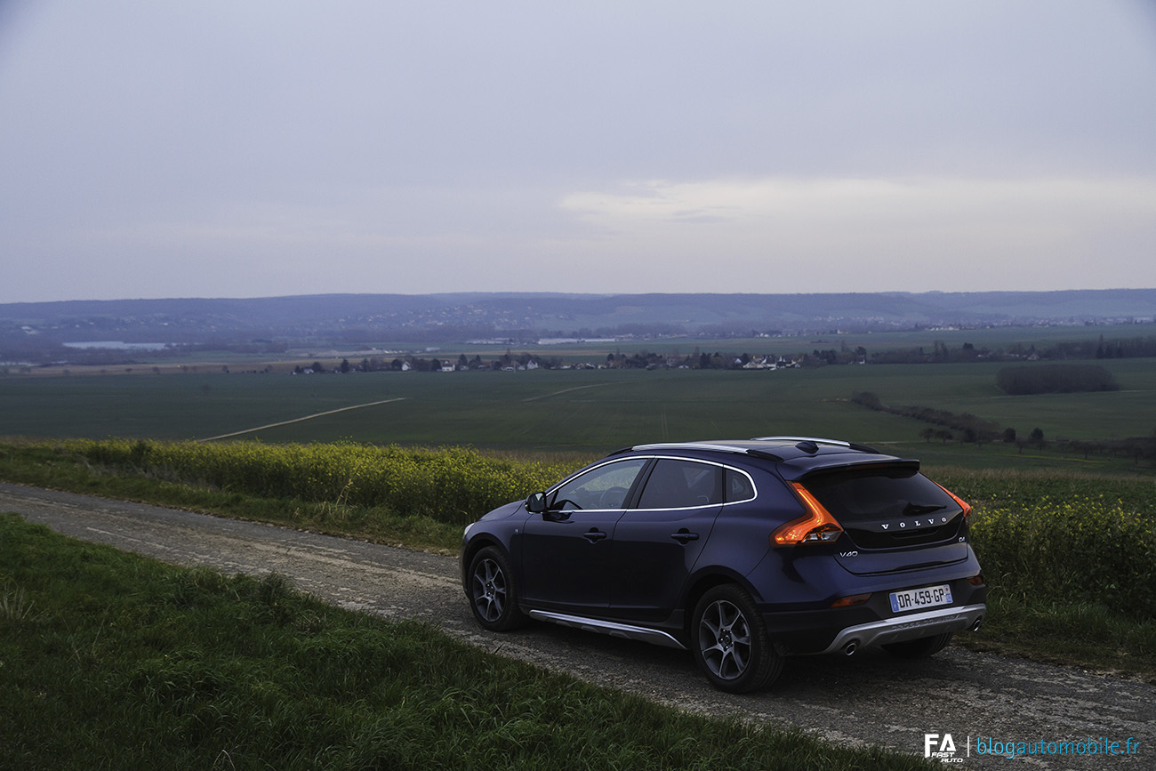 essai volvo v40 cross country d4 baroudeuse chic. Black Bedroom Furniture Sets. Home Design Ideas