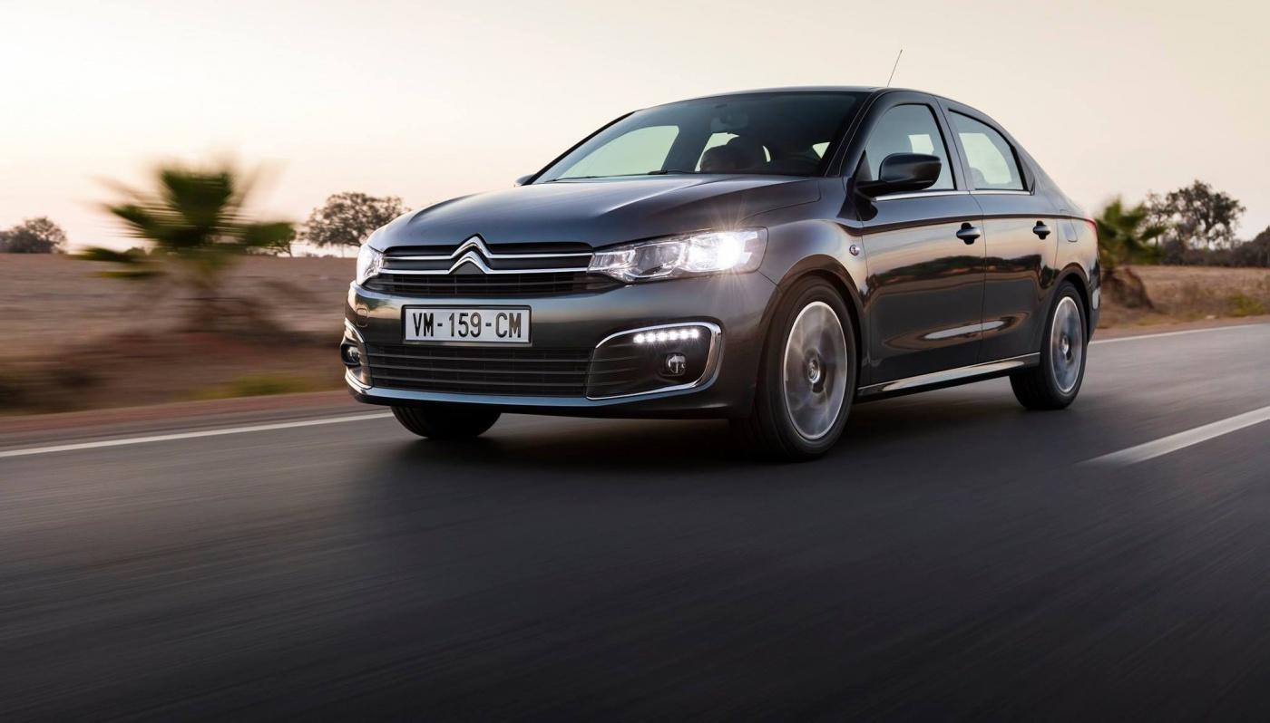 La Citroën C-Elysée passe par la case restylage. Nouvelle calandre ressemblant à celle de la C4, avec cerclage chromé en finition haute. A l'intérieur : écran tactile avec caméra de recul sont les principales nouveautés.
