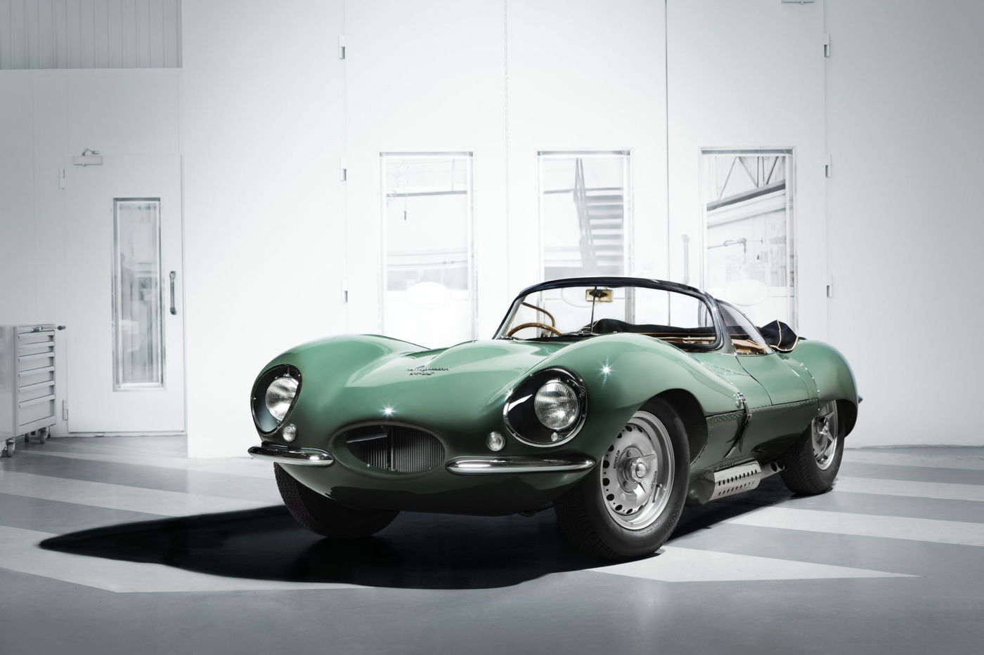 Jaguar a relancé une production en (toute) petite série de sa fameuse XK SS : 9 exemplaires, vendus 1 M£ chacun. Voilà de quoi remplacer les exemplaires perdus lors de l'incendie de l'usine en 1957.