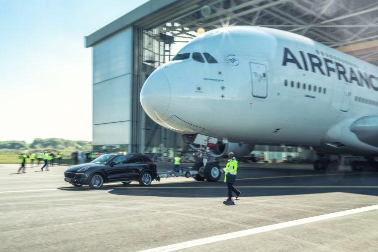 Une Porsche tracte un Airbus A380